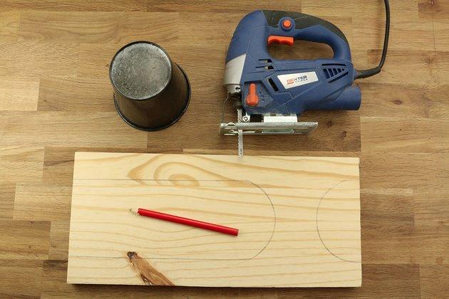 Tuto: un porte-revues rétro en bois et cuir 2