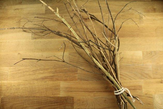 Tuto: un joli décor avec des branches d?arbre peintes 2